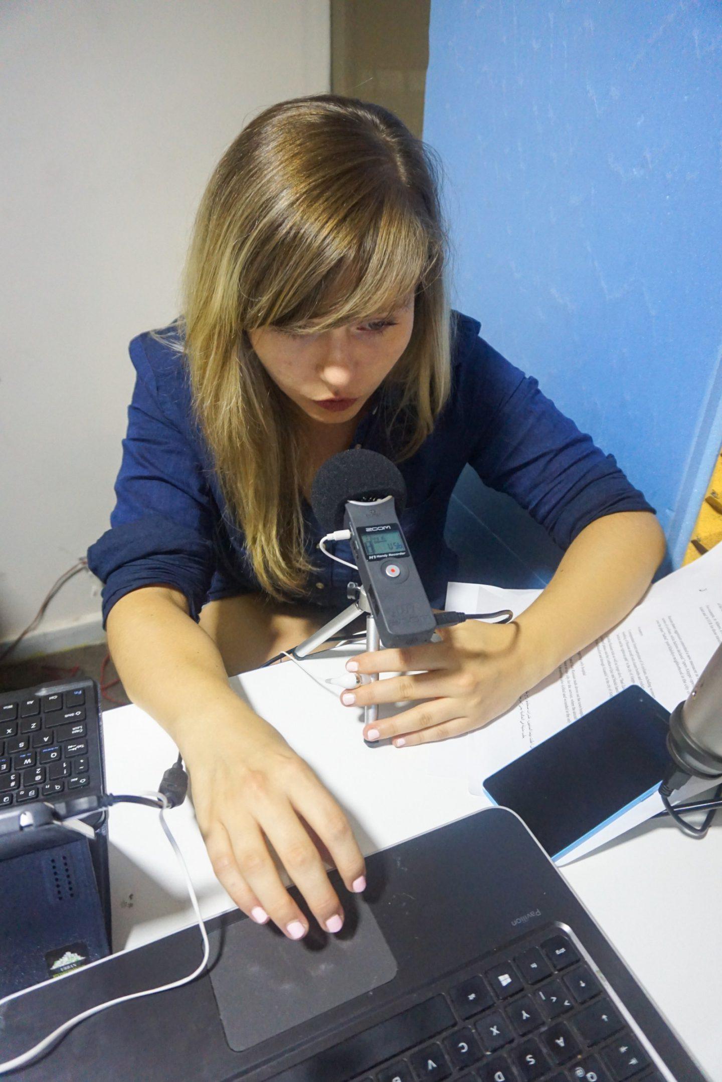 06_Stéphanie en train de présenter les news en anglais