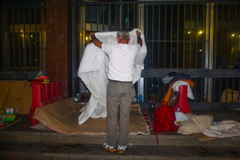 11_Un sdf italien prépare son lit pour la nuit